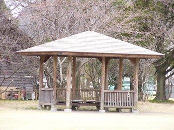 運動公園のベンチ.jpg